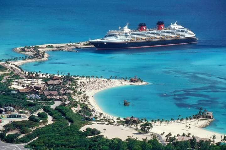 Круизный лайнер на островах