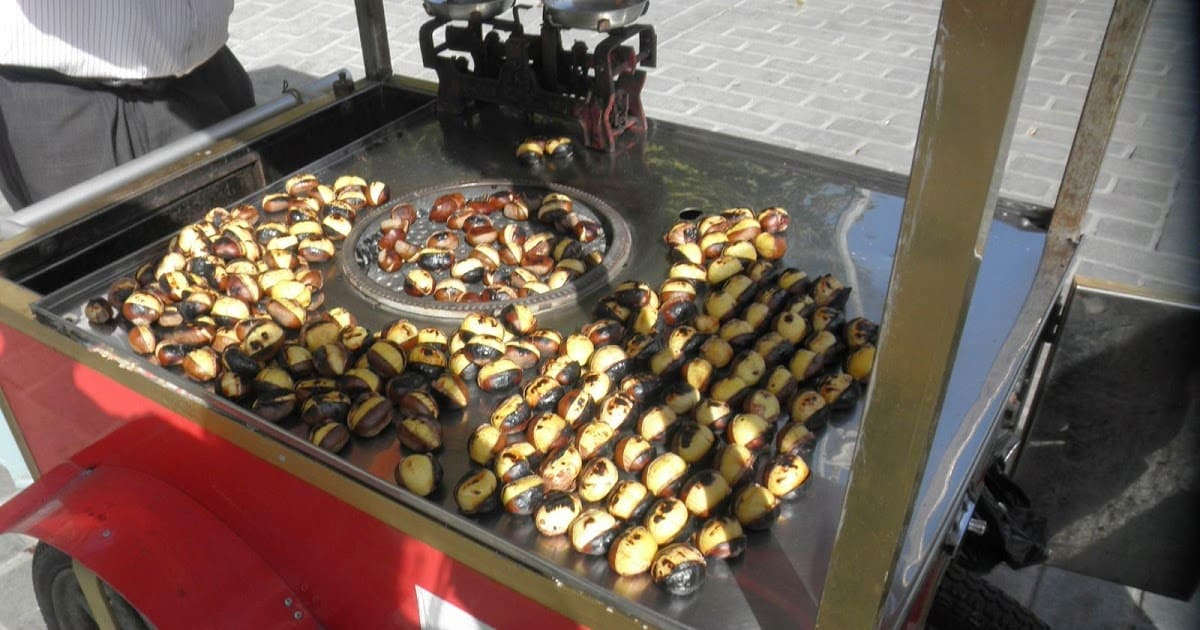 Уличная еда жареные каштаны